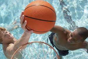 basket en la piscina